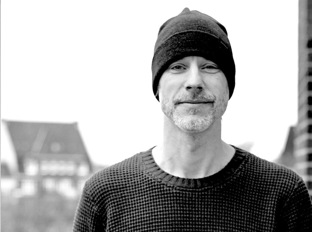 Porträt von Sebastian Thümler, Editor, der im Podcast interviewt wird.